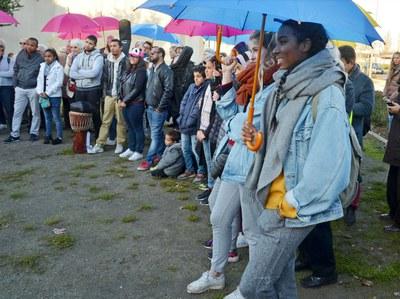 """À l'initiative des paroisses de Bordeaux Boulevards et de la Pastorale des Migrants, la marche """"Exil et hospitalité"""" a réuni plus d'une centaine de personnes, avec le concours des communautés chrétiennes, musulmanes et juives, et des associations œuvrant à l'accueil des migrants."""