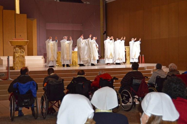Bénédiction des malades, au cours de la messe à Lourdes présidée par Mgr James, archevêque de Bordeaux.